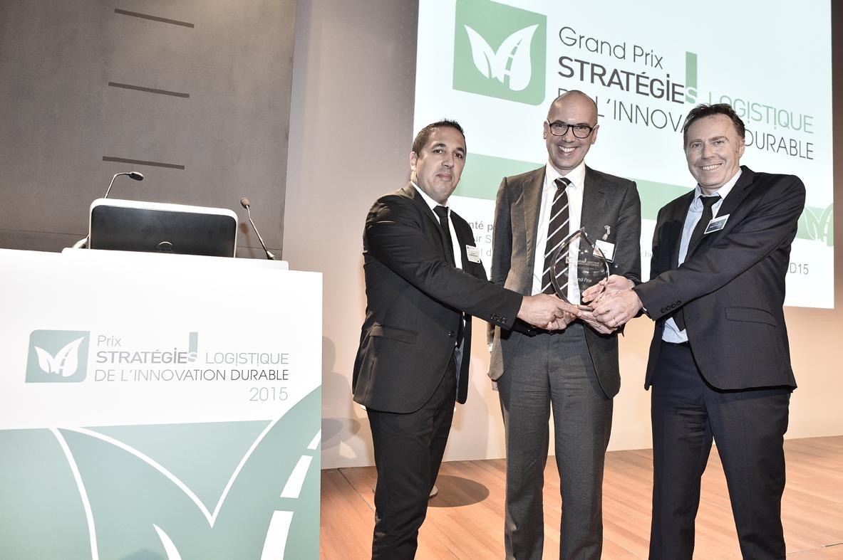 Patrick MAILLET de DERET Transporteur (à droite) reçoit le Prix des mains de Marc PROKOPP, Directeur Supply Chain des Galeries Lafayette, aux cotés de Stéphane PLATEL de Ooshop
